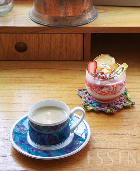 콩 자체의 달큼한 맛이 짜이의 맛을 더욱 업그레이드하는 두유짜이(왼쪽)와 수제 청이 곁들어진 직접 만든 플레인 요구르트(오른쪽).