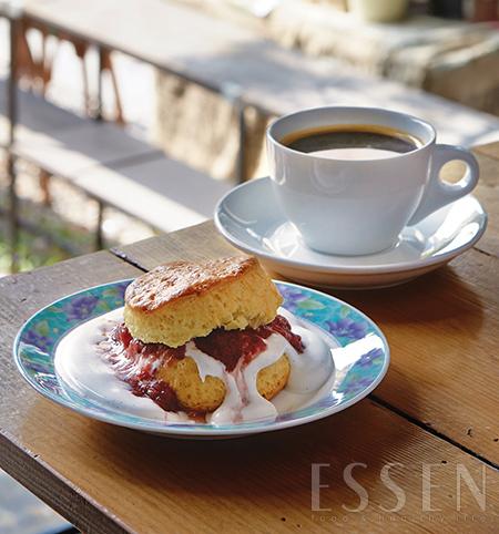 저온숙성크림인 클로디드 크림과 수제 딸기잼을 곁들인 스콘은 하우스 블렌딩 커피 E.T.와 곁들이기에 좋다.