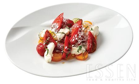 토마토버블 - 달콤새콤한 토마토콩포트와 청포도, 홈메이드 리코타치즈, 토마토폼을 올린 초여름 샐러드.