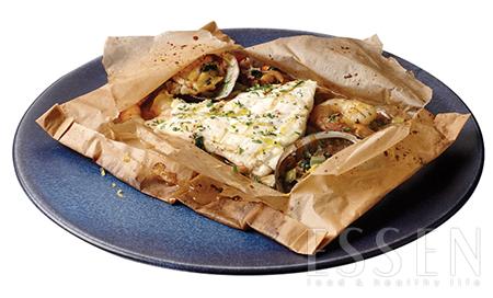 카르토초 스타일의 그릴도미 - 불 맛을 내는 대표주자, 서양의 그릴과 동양의 웍이 만났다. 채소를 웍에서 센 불로 볶고, 도미와 함께 종이포일로 감싸 오븐에 쪄내 부드럽고 촉촉하다.