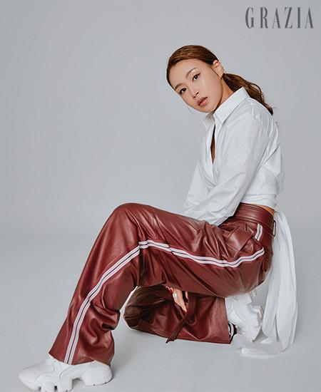 화이트 셔츠,  레더 팬츠 모두 휴고보스(Hugo Boss).  스니커즈 지방시(Givenchy).