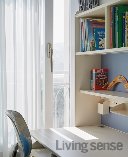 아이 방의 창호를 친환경 인테리어 필름으로 래핑했다. 카멜레온디자인 시공.