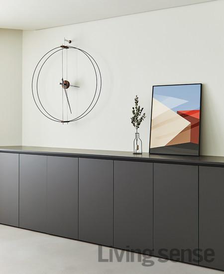 Nomon의 시계나 화병처럼 라인으로만 구성된 독특한 형태의 소품이 집 안 곳곳에 배치돼 활력을 불러일으킨다. 거실에 걸린 그림은 스트럭처 시리즈로 Archidreamer의 것.