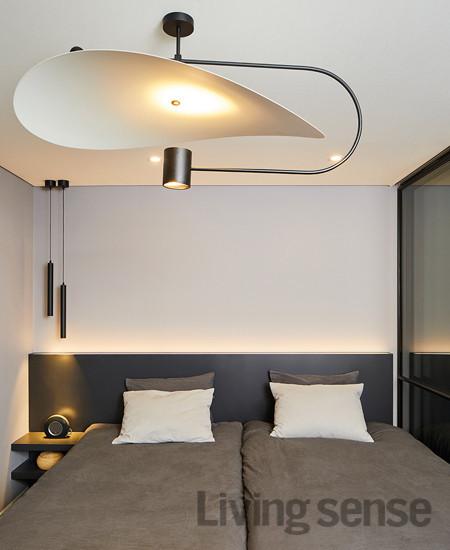 오른편 유리 슬라이딩 도어와 암막 커튼은 남편의 서재 공간과 부부의 침실을 분리하기 위해 설치했다.