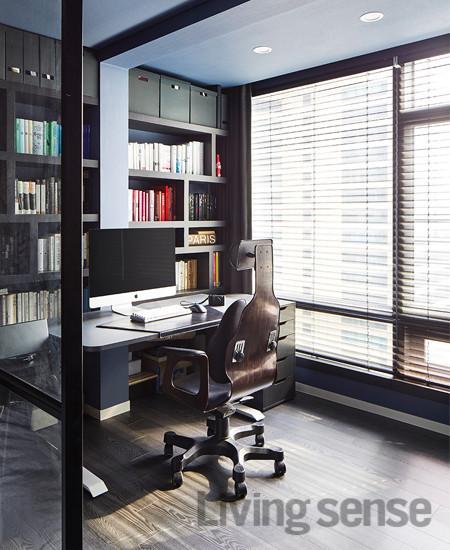 책상은 예전부터 사용하던 것으로 서재의 메인 컬러인 그레이에 맞춰 외관만 바꿨는데 새것처럼 공간에 자연스럽게 묻어난다.