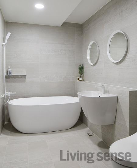 군더더기 없는 것들로만 채워 넣어 우아함을 자랑하는 욕실 풍경.
