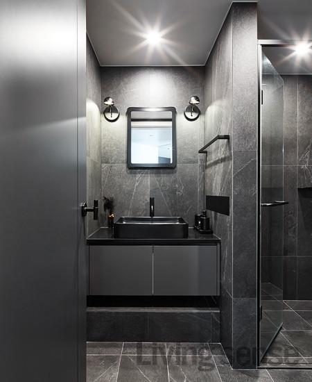 집주인의 취향을 느낄 수 있는 시크한 블랙과 그레이로 꾸민 두 번째 욕실.