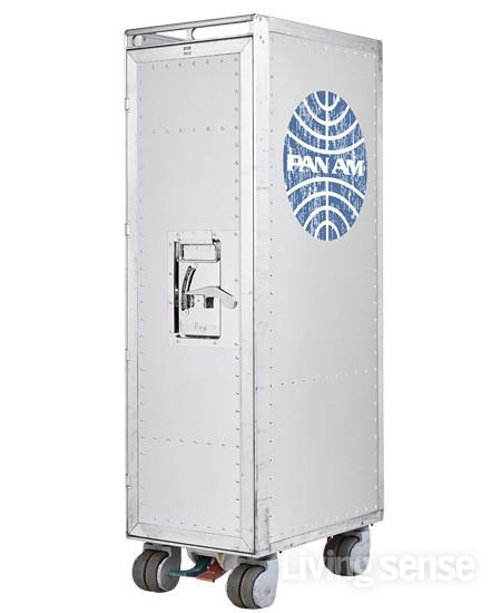 항공사의 디자인에서 영감을 받은 수납장 보더 바. 210만원.