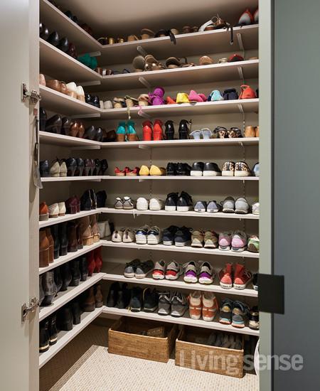 현관 신발장과 가벽을 철거해 팬트리처럼 넓은 신발장이 마련됐다.