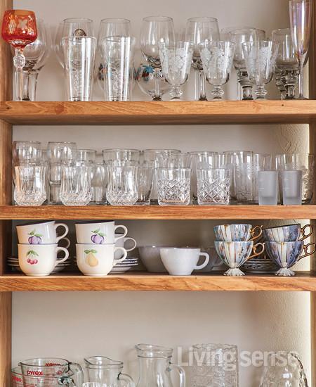 책장을 주방으로 옮기고 그릇들을 수납했다. 어머니에게 물려받은 그릇들은 손님맞이에 유용하게 쓴다.