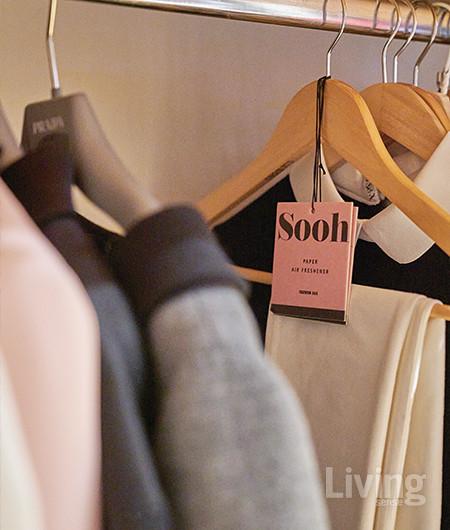 옷장이나 드레스 룸에 왁스 태블릿이나 페이퍼 에어프레셔너를 걸어두면 향수를 뿌리지 않아도 옷에 좋은 향기를 입힐 수 있다.