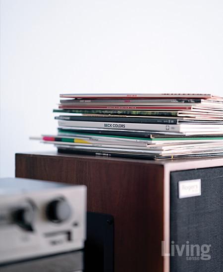 음질 좋은 스피커로 듣는 LP판의 매력에 푹 빠졌다는 김수향 대표. 촬영 현장에는 쳇 베이커의 노래가 흘렀다.