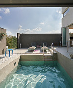 주변에 다른 건물이 없어 프라이빗한 수영을 즐길 수 있다.