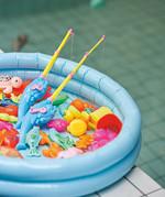 형제는 수영장에 장난감 물고기를 가득 풀어놓고 낚시 대결도 즐긴다.