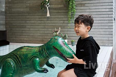 티라노사우루스 장난감과 장난을 치는 첫째 승유. 공룡을 가장 좋아해 튜브도 공룡이고, 그림을 그릴 때도 공룡을 주로 그린다고.