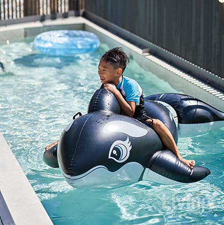 수영선수처럼 물에서 에너지를 가득 뿜어내는 첫째 연우.