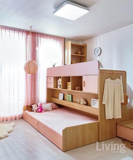 꿈꾸는요셉 엘리 벙커침대 풀 세트를 배치한 아이방. 1층은 침대, 2층은 책상 형태라 안정감이 있다. 슬라이드 형식의 침대를 밀어 넣으면 이부자리를 깔끔하게 정리할 수 있다.