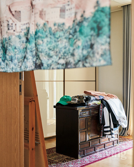 좋아하는 카펫과 벼룩시장에서 단 돈 몇만 원에 구입한 멋진 고가구를 배치한 드레스 룸.  <br />