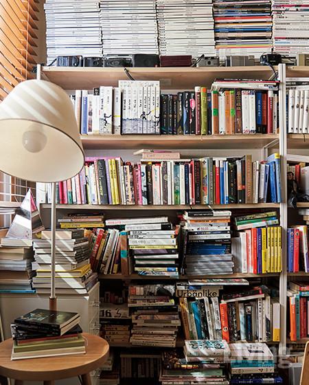 책으로 가득한 서재는 수집하고 있는 만화책, 잡지, 소설 등으로 채워져 있다.