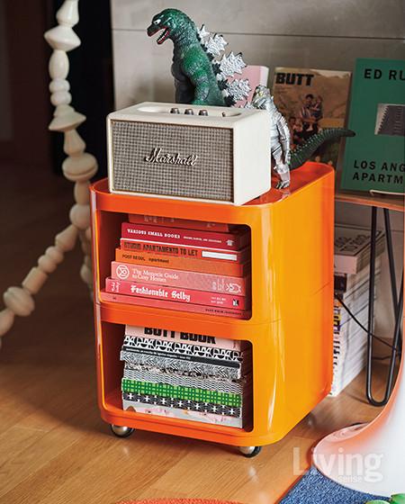 고질라 피규어와 마샬 스피커가 올려진 오렌지색 카트는 카르텔의 1970년대 빈티지 제품으로 심보의 취향에서 구입했다. <br />