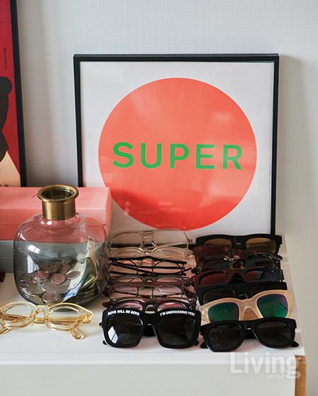 침실 수납장 위에 진열해둔 선글라스들.  <br />